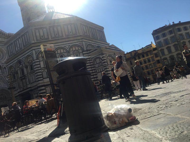 Abfall im Urlaub: Müllsack auf einem Platz in Florenz