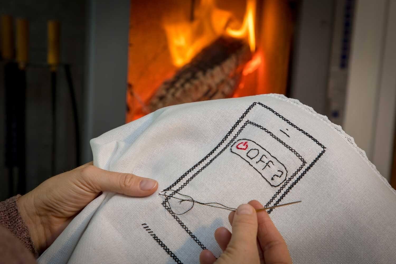 Eine Stickerei eines Handys mit dem OFF-Button