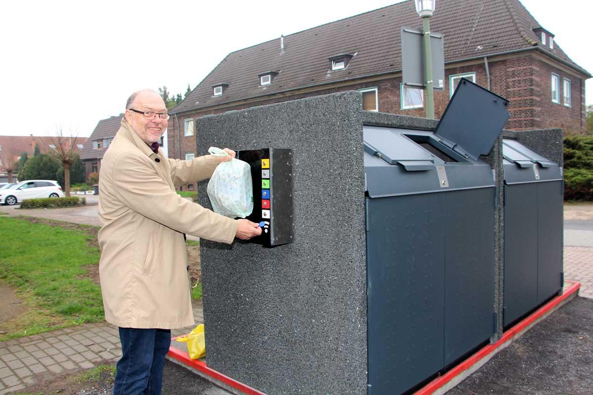 Mann wirft Müllsack in speziellen Container