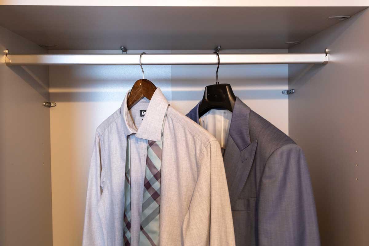 2 Anzüge im Kleiderschrank