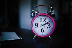 Wecker als Symbol für mehr Zeit durch Verzicht