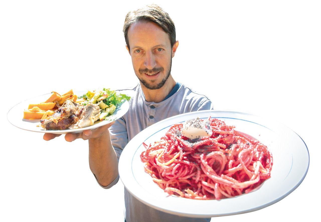 Sujetbild zum Thema Gewohnheiten ändern - Person mit Fleisch-Gericht und vegetarischem Gericht in der Hand